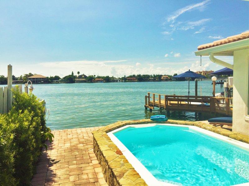 Entspannen Sie im Pool mit Blick auf die Bucht
