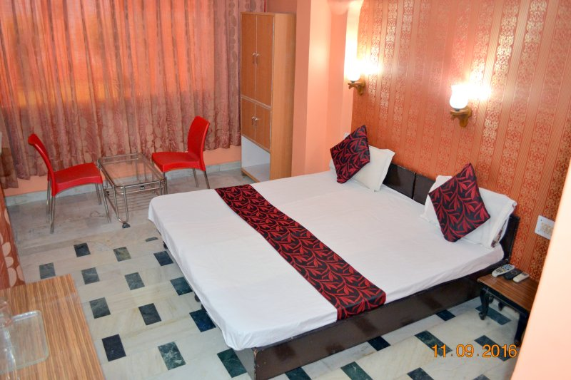 Deluxe Double Bed AC Room in Mystique Moments B&B, vacation rental in Sahibabad