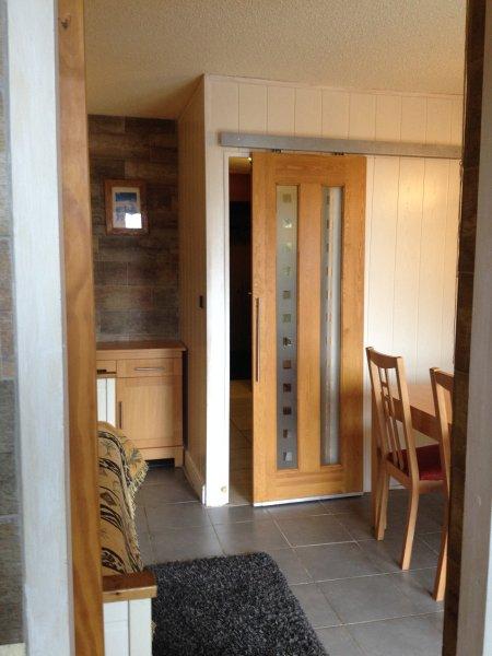 Θέα από την κουζίνα που δείχνει συρόμενη πόρτα με κουκέτα δωμάτιο