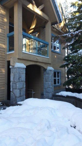 livello del suolo privato ingresso; camere da letto balcone è visibile sopra.