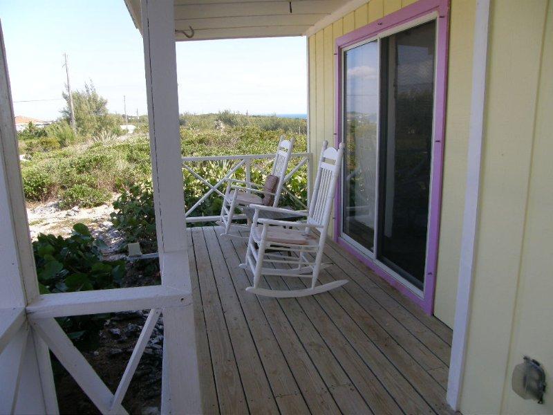 Front Porch läuft in voller Länge des Hauses, hat Rocker, Stühle und Tische