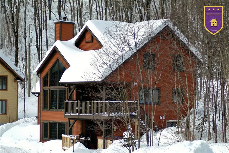 THE JOÉ ,  Luxury chalet next to the slopes,4 bedroom,3 bath,, holiday rental in Lac-Beauport