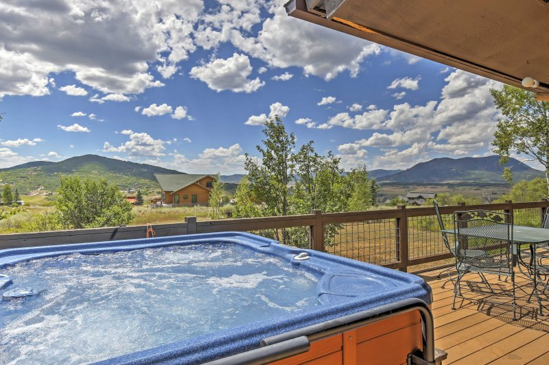 Genießen Sie die Aussicht vom privaten Whirlpool dieser Ferienwohnung in Steamboat Springs