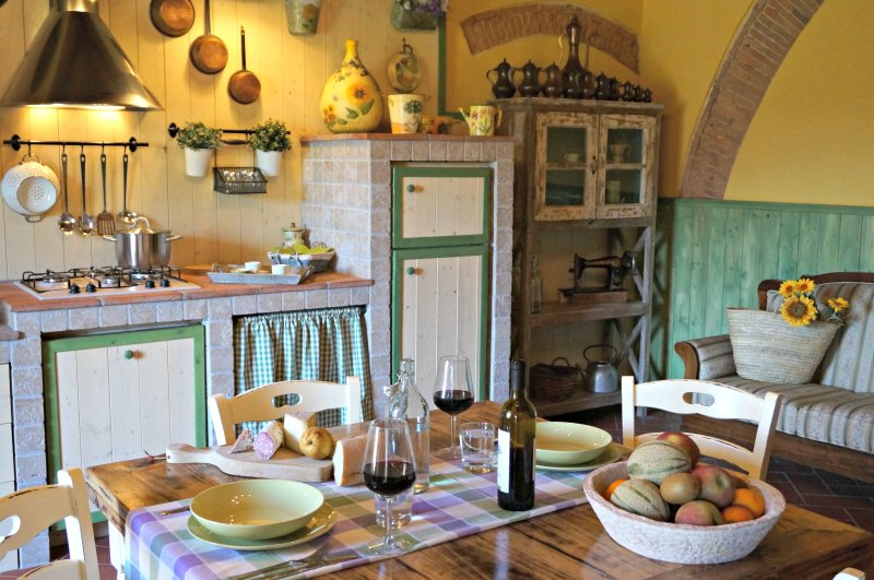Tuscan kitchen equipped competamente stone: comfort and charm.