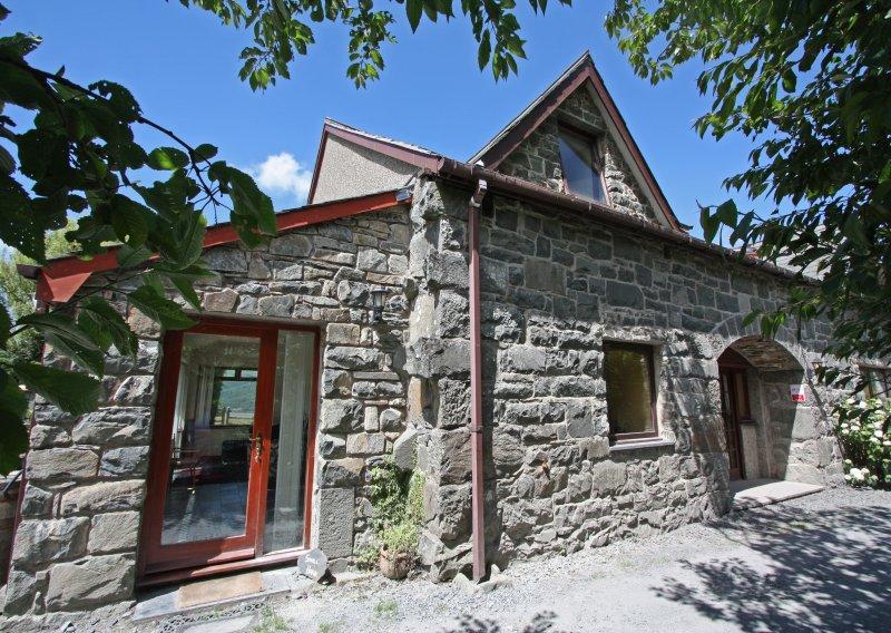 A entrada para pequeno celeiro - uma das 4 casas adjacentes em um moinho de corte de ardósia vitoriana convertida