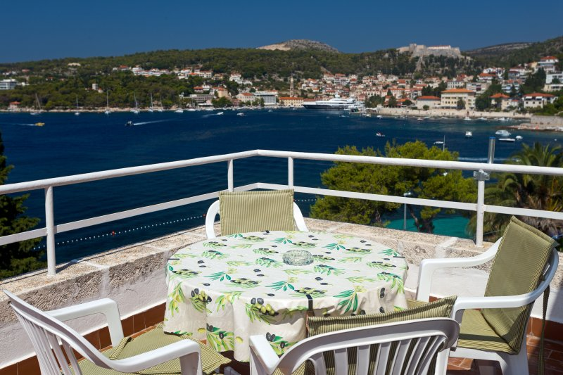 Spacious apartment with a magnificent view to the town of Hvar