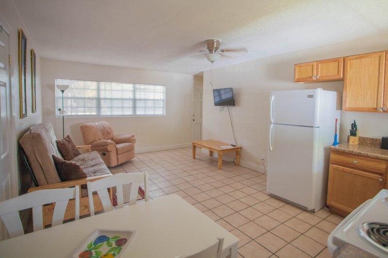 área de estar e cozinha moderna, cheia