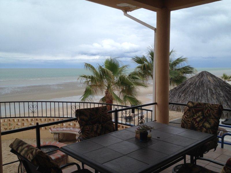 Imagínese disfrutando del almuerzo en este patio, hipnotizado por el mar!