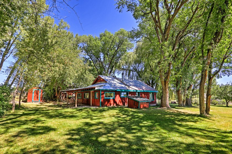 Peaceful Durango Farmhouse w/Backyard Patio+Gazebo, holiday rental in Durango