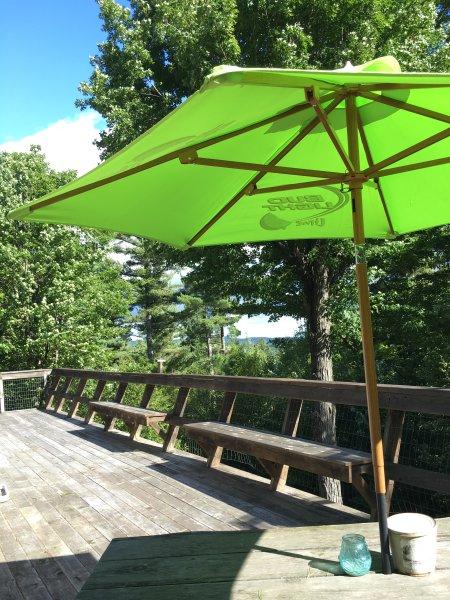 Wrap-around 750 sq. deck com mesas, muitos lugares variados e solidão (sem vizinhos à vista)