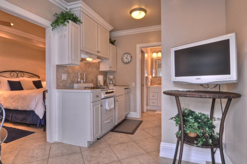 Cute one bedroom condo just walking distance to the beach and pier!
