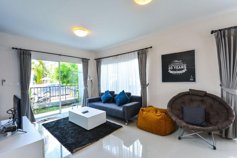 Cozy Villa @ Phuket w/wifi, gym & pool, holiday rental in Koh Kaew