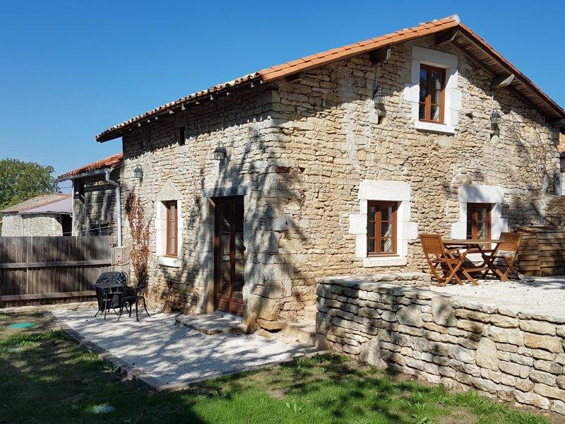 Old Atelier Gite - Stone cottage in private garden, Wi-Fi, aluguéis de temporada em Charme