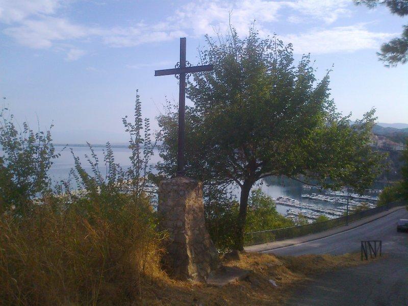 La croix de fer au pied de la montée qui mène à la villa