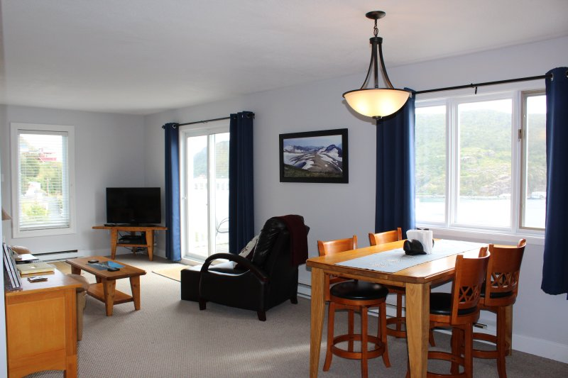 Ocean Front 'Anchor Cottage' on the cliff over St Johns, holiday rental in Pouch Cove