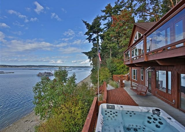 Waterfront Haven with Private Beach and Hot Tub on Whidbey Island(243), alquiler vacacional en Coupeville