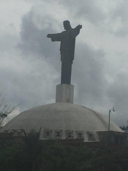 réplique du Christ rédempteur monument juste une ville loin