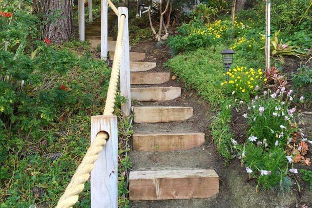 Los pasos hasta el jardín en el patio trasero