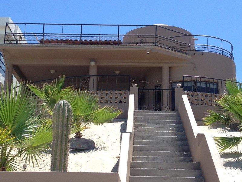 Nuestra propiedad de la playa. El nivel superior es donde te alojarás.