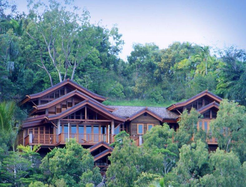 Villa Empat Puluh Dua - 7 Bedrooms with Views, vacation rental in Port Douglas