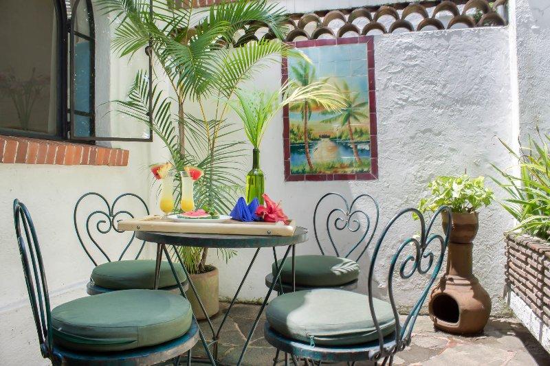 """Terrace """"Las Palmas"""". Mural com design palma, Talavera pintados à mão."""