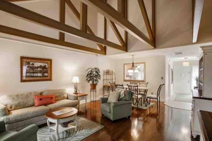 Las habitaciones amplio y abierto Living y comedor con techos de catedral