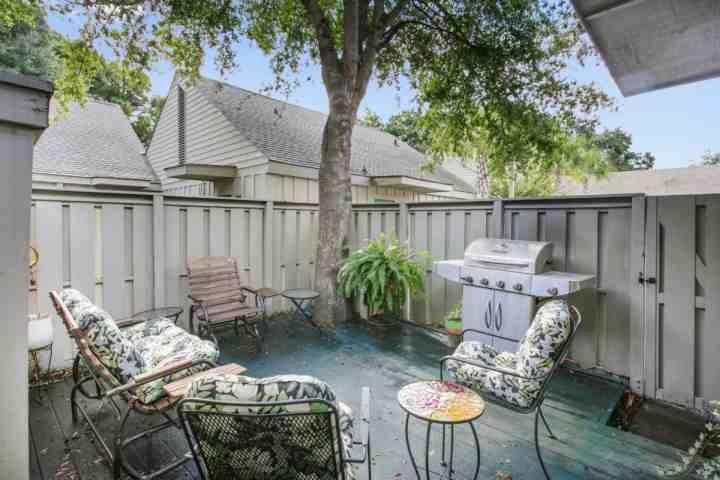 Relajarse y disfrutar del patio privado