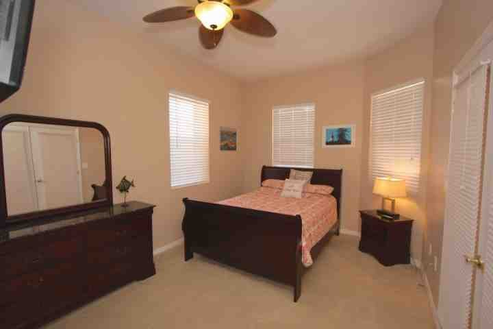 2nd Bedroom with Queen Bed/Flat Screen Cable TV