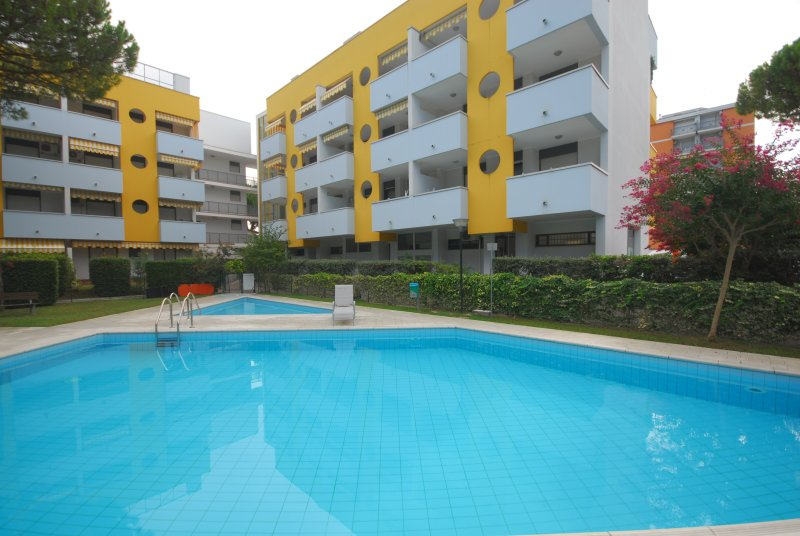 Apartmenthouse with swimming pool