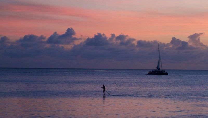 Tramonto foschia sopra l'oceano catturare paddle Board Figura godendo la solitudine.