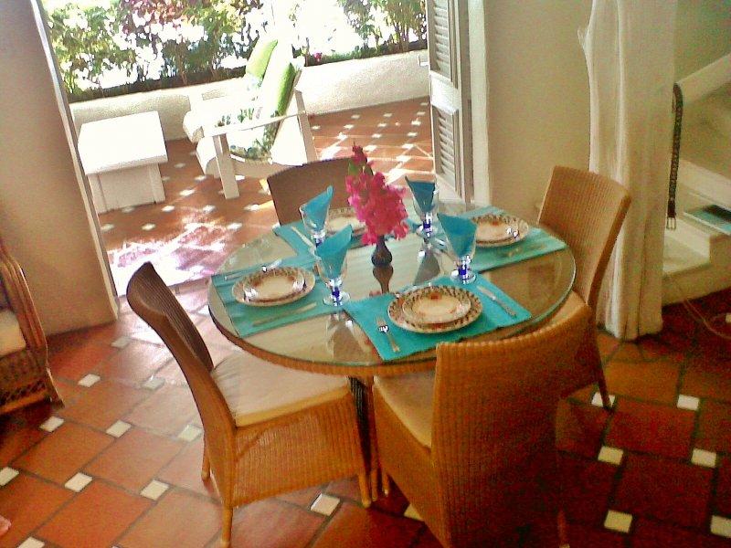 zona pranzo Main House che si affacciano sulla grande terrazza ideale completamente arredata per mangiare all'aperto.