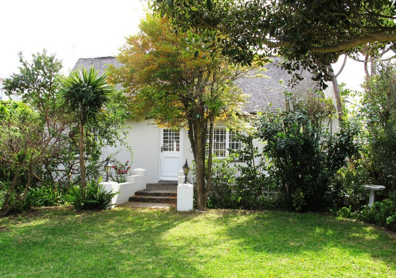 Traditional thatch cottage in best location steps from beach, holiday rental in Plettenberg Bay