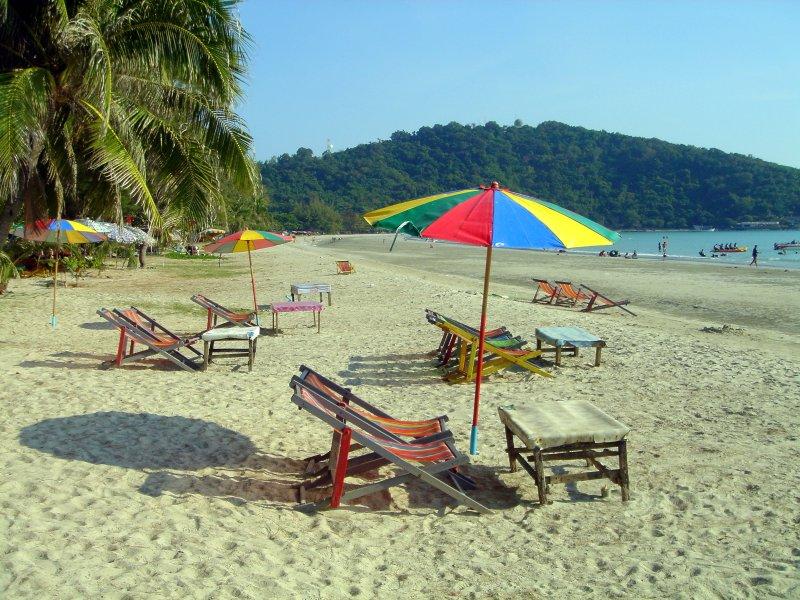 På stranden finns solstolar, parasoller, mat och dryck