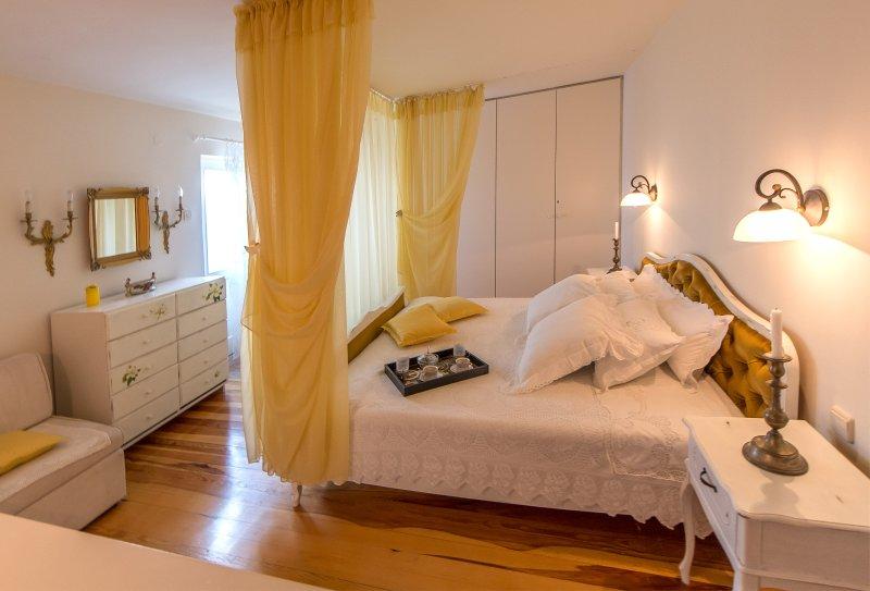 romantische slaapkamer met het balkon. Prachtig uitzicht op de zee, het dorp en de bergen.