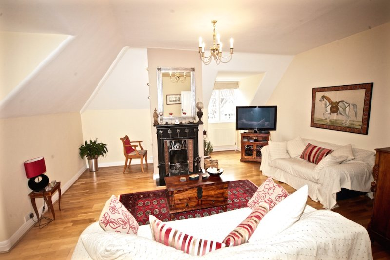 Central London 15min, Fabulous 3DB Apartment Wimbledon Village with Free Parking, holiday rental in Ewell