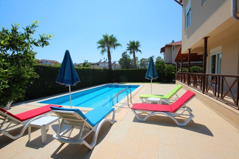 Villa cubierta de la piscina privada con hamacas / sombrillas. Acceso directo desde el salón.