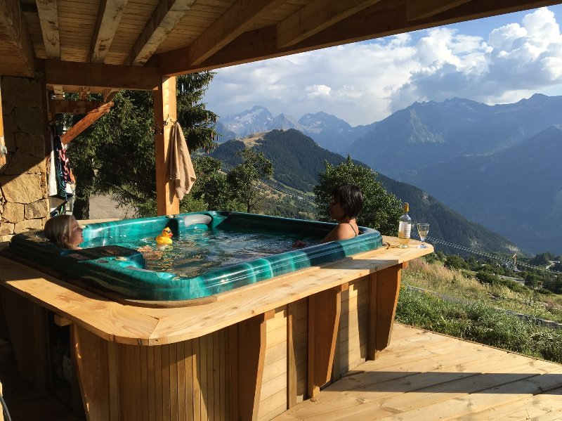 Bañera de hidromasaje en la parte delantera del chalet con vistas a las horquillas de los 21!