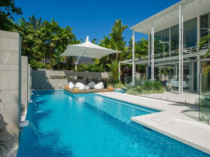 The White Oasis - 5 Bedroom Luxury Home, vacation rental in Port Douglas