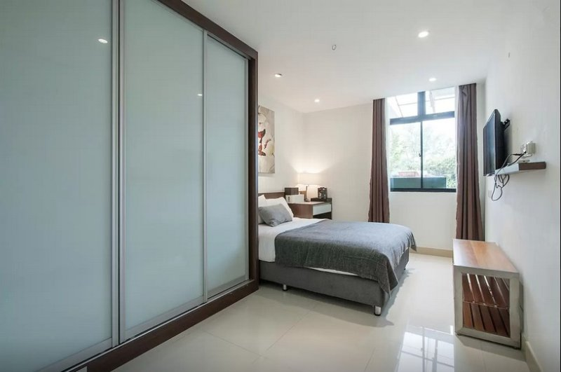 Master Room & private bathroom 4 in Terrace house, vacation rental in Jurong