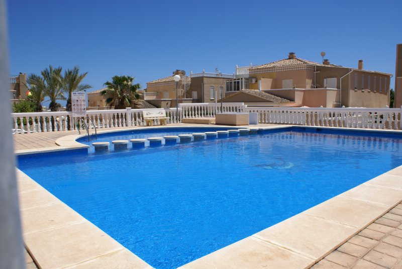 Luxurious villa with pool and 500m from the beach!, vacation rental in Torrevieja