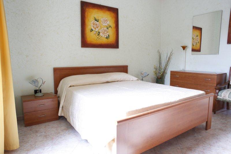 Doppelzimmer mit Kleiderschrank mit 4 Türen, Klimaanlage, TV 32, Bad.