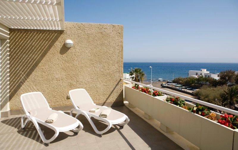 Beautiful beach apartment, sea front, sunny, wifi, cosy, El Poris de Abona, alquiler de vacaciones en Arico