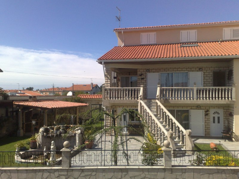 manifique villa au bord de mer a 200 m de la plage, aluguéis de temporada em Forjães