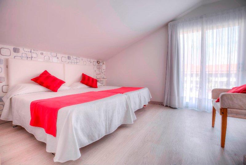 Schlafzimmer mit zwei Betten zusammen.
