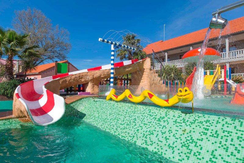 Wasserpark für Kinder mit einer Vielzahl von Spielen.