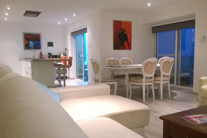 Apartment in St Julians with Swimming pool and 8 mins walk to the beach & center, vacation rental in San Gwann