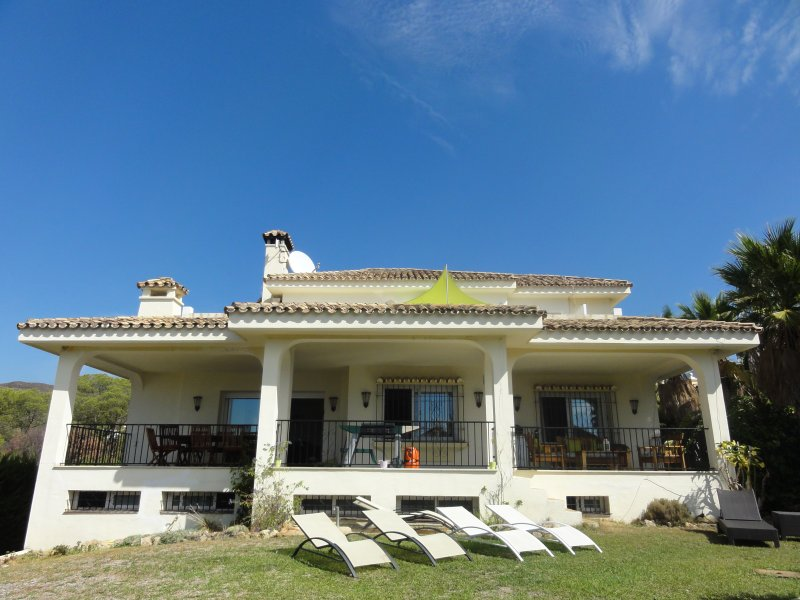 Spacious villa near golf and Puerto Banus, holiday rental in Nueva Andalucia