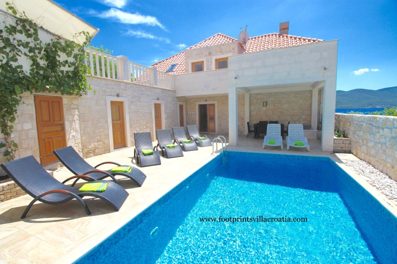 Footprints Villa. Seafront, 5 bedroom, pool, wifi, location de vacances à Peljesac Peninsula
