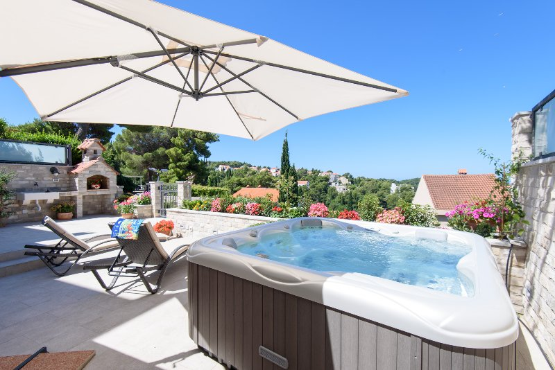 Apartment Katarina with Jacuzzi pool, alquiler de vacaciones en Cavtat
