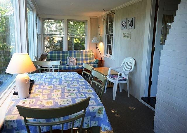 Sol veranda med mat och futon.